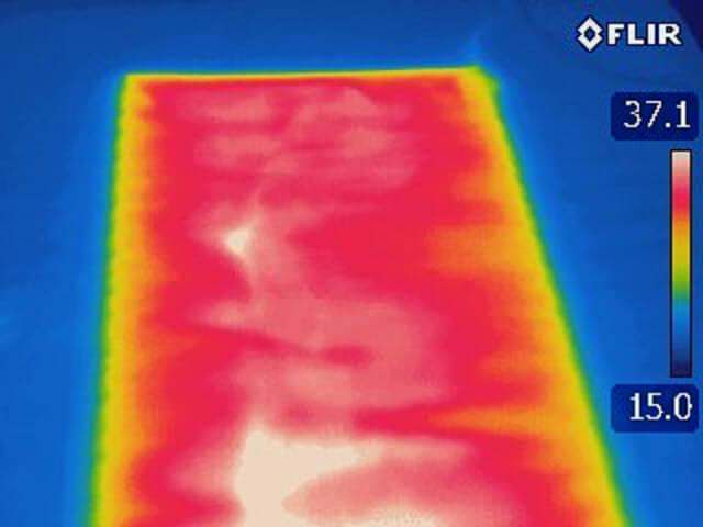 サン・マットの特殊セラミックス面状ヒーターは面状になっているために加温にムラが出ません